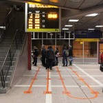 Im Busbahnhof gibt es auf den Boden gemalte Warteschlangen
