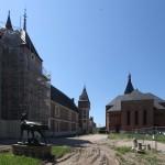 Rückseite Église Sainte-Jeanne-d'Arc und Schloss Gien