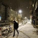 Fußgänger im Schnee auf der Kastanienallee